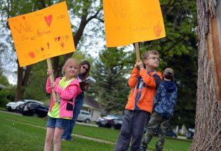 Locals gather at Fickel Park to support teachers