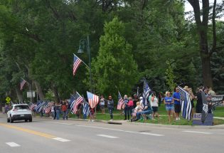 """Back the Blue"" rally in Fickel Park attracts hundreds of supporters"